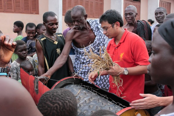 Edward tells Hazwan some of his thoughts on the rice threshing machine.